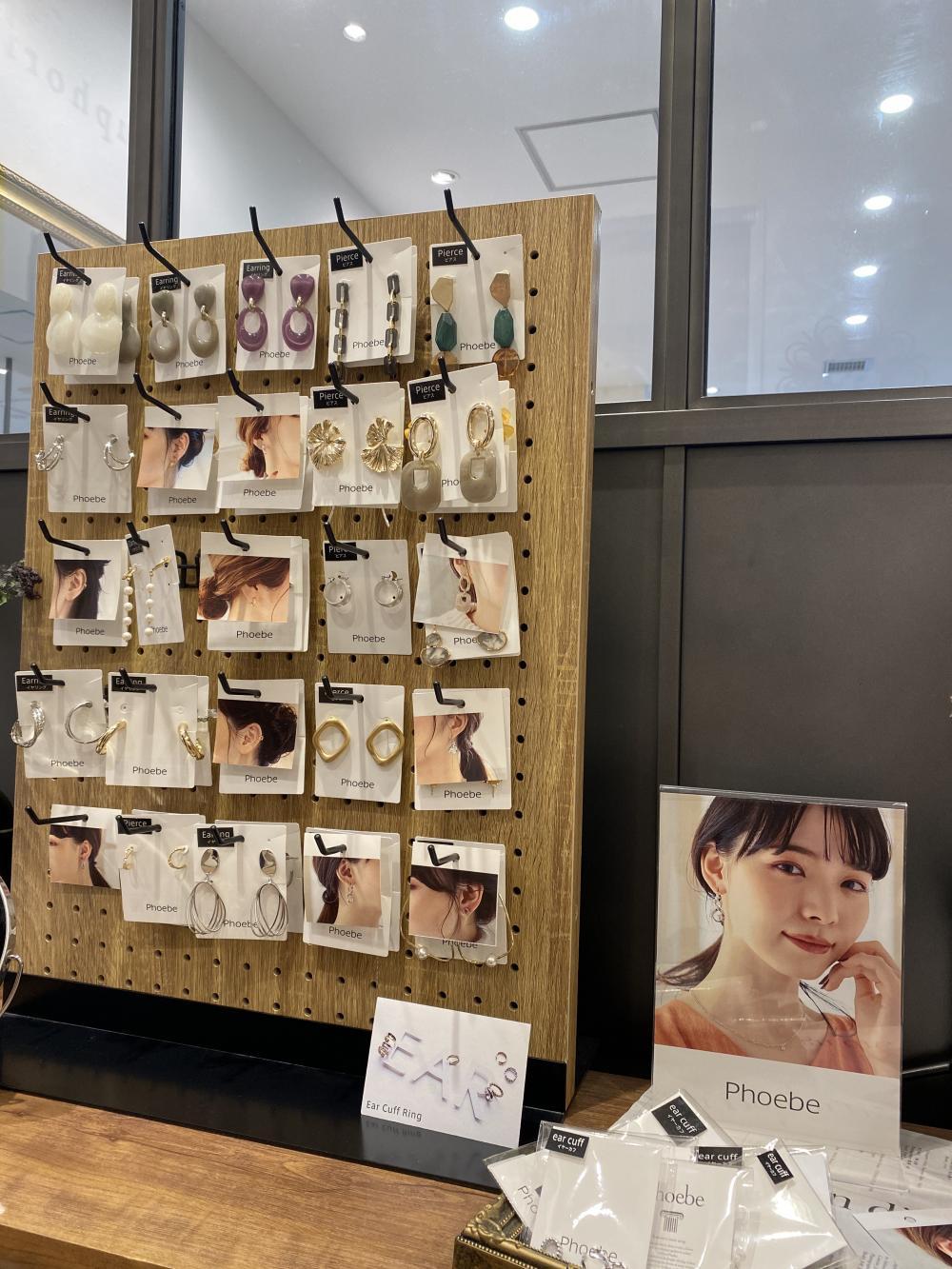 青山店でのピアスの販売